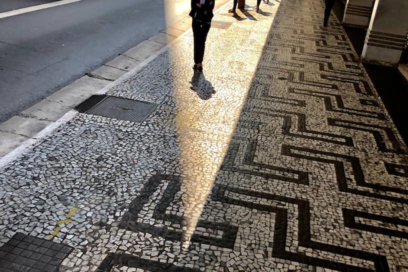 Сан-Паулу, Бразилия. Женщина в ожидании общественного транспорта