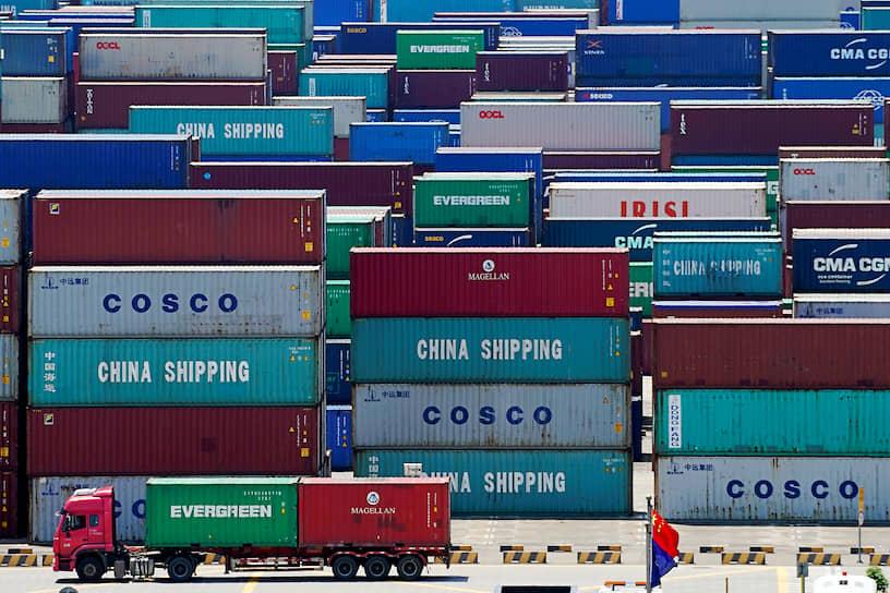 Шанхай, Китай. Контейнеры в порту