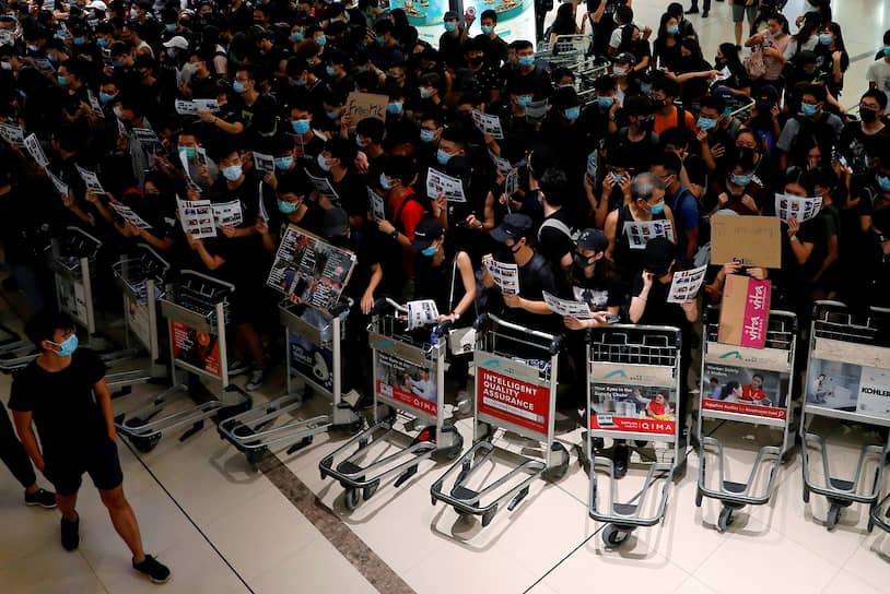 Протестующие в Гонконге сооружали баррикады из тележек в международном аэропорту, мешая проходу пассажиров. Действия демонстрантов 12 и 13 августа спровоцировали коллапс в работе крупнейшего транспортного узла Азии