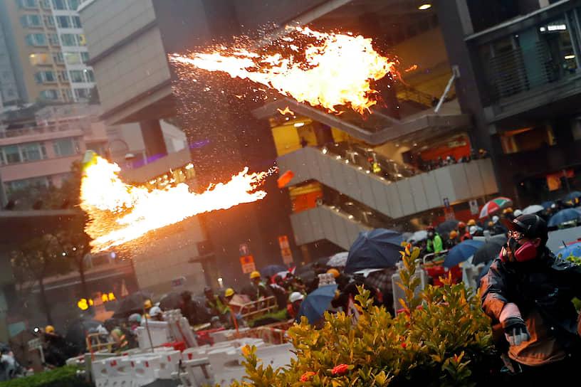 Наибольшие опасения вызывает возможность задействования для подавления беспорядков подчиняющегося Пекину гарнизона, расквартированного с 1997 года в городе и символизирующего власть Китая в Гонконге