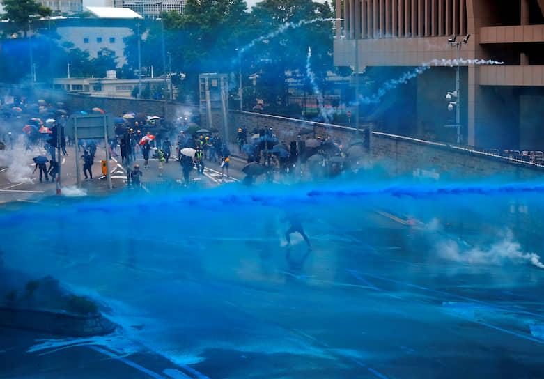 Полиция Гонконга использовала водометы для разгона протестующих