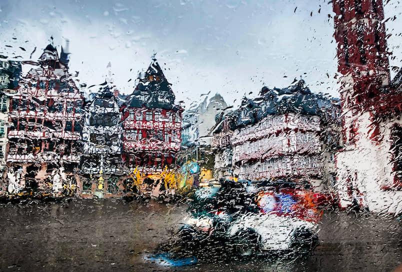 Франкфурт, Германия. Городская улица во время дождя