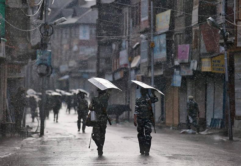 Сринагар, Индия. Сотрудники сил безопасности патрулируют пустынную улицу после решения индийских властей отменить особый статус Кашмира