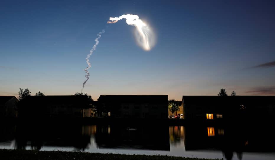 След ракеты-носителя Atlas V, запущенной с космодрома на мысе Канаверал