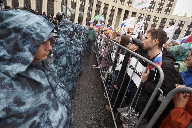 Протестующие держали в руках плакаты и флаги, в основном российский триколор, но встречались радужные флаги, флаги партии «Яблоко» и даже украинский флаг, который, впрочем, быстро свернули
