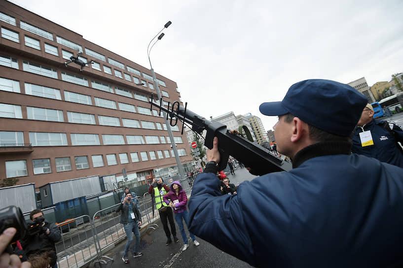 На проспекте Сахарова запустили дрон, но полиция быстро сбила его из специального оружия