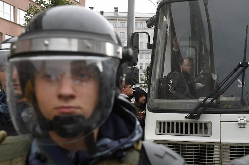 Однако полиция была к этому готова. ОМОН и Росгвардия перекрыли Малый Черкасский переулок у метро «Лубянка», а также выход из метро «Китай-город», ведущий к АП. На Старой площади также все было оцеплено