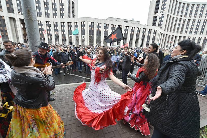 На проспект Сахарова пришел цыганский ансамбль, участники которого исполнили несколько танцев