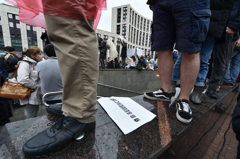 Волонтеры от организаторов митинга раздавали плакаты «Я в бешенстве», «Отпускай!», а также фотографии арестованных на прошлых акциях