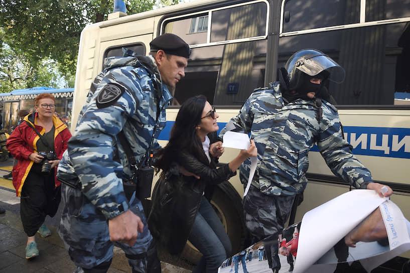 К 20:00 на Китай-городе вновь начались задержания. Полицейские снова хаотично выхватывали людей из немногочисленной толпы и уводили без объяснения причин в автозак