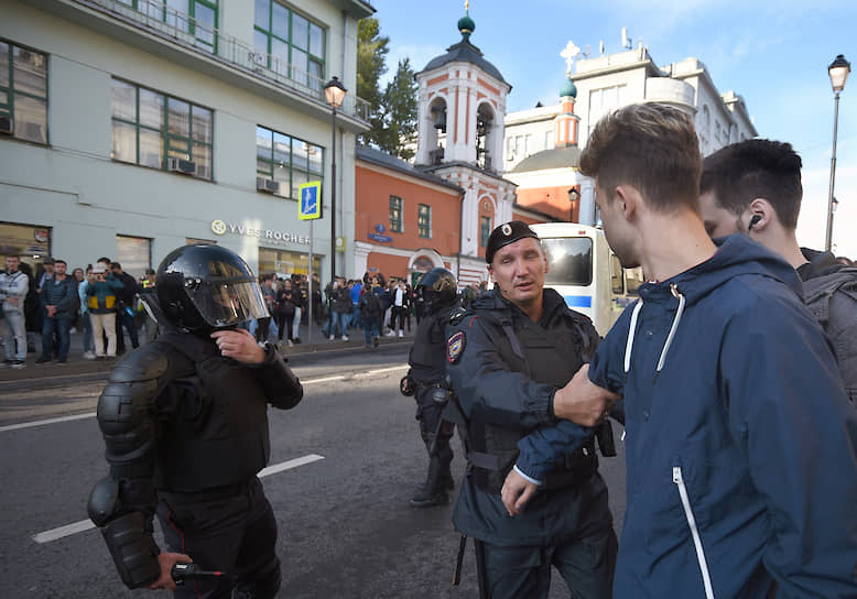 Когда участники акции вышли на Маросейку, Росгвардия и ОМОН под звон церковных колоколов оцепили часть улицы и продолжили задерживать участников «мирной прогулки»