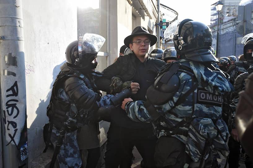 После 20:00 на улицу Забелина подъехало несколько автозаков, из которых вышли полицейские. На Забелина начались жесткие задержания