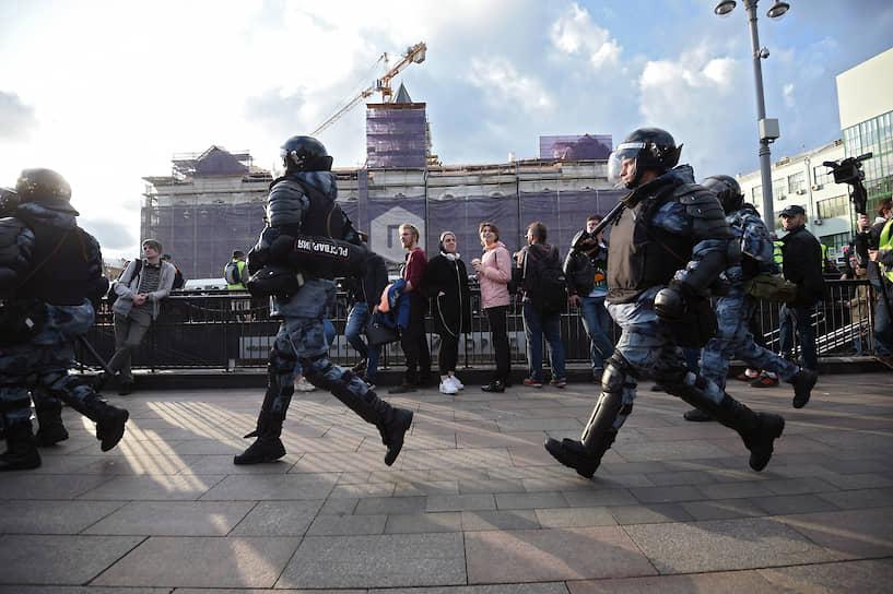 """После 22:00 «мирные прогулки» в Москве еще продолжались. Как сообщил корреспондент """"Ъ"""", на Чистых прудах 50—100 протестующих скандировали «Москва, выходи!», но после появления автозаков разбежались"""