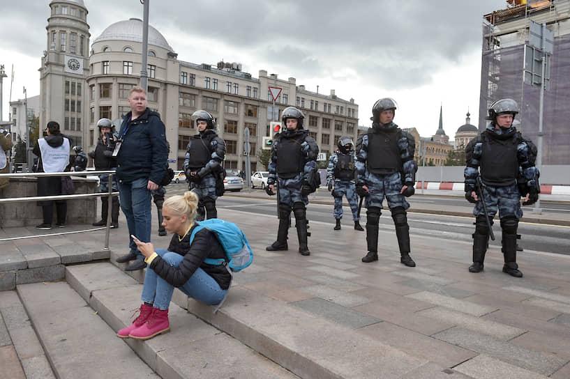 После согласованной акции часть протестующих пошла на «мирную прогулку» по московским улицам, в первую очередь — к администрации президента