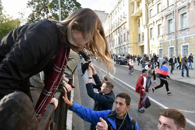 Участники «прогулки» изредка скандировали лозунг «Допускай!», некоторые из них достали плакаты с митинга — и после этого полиция начала задержания, причем показательно агрессивные