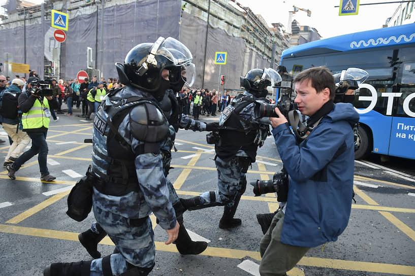 Много ОМОНовцев выстроилось вниз по Ильинскому бульвару. Они в мегафон просили протестующих разойтись и напоминали, что акция не согласована