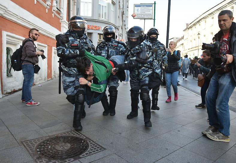 """Как сообщал корреспондент """"Ъ"""", в районе Китай-города собралось около тысячи человек. Полиция производила точечные задержания, не объясняя причин"""