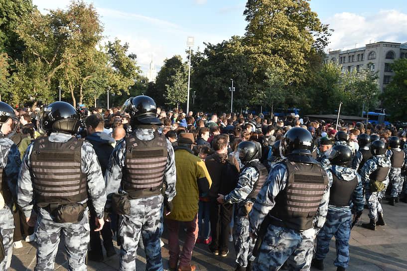 """Полицейские приготовились зачищать парк на Китай-городе и просили прессу уйти на Маросейку (была заблокирована в сторону Китай-города). Автозаки с задержанными уезжали под аплодисменты протестующих, передавал корреспондент """"Ъ"""" с места событий"""