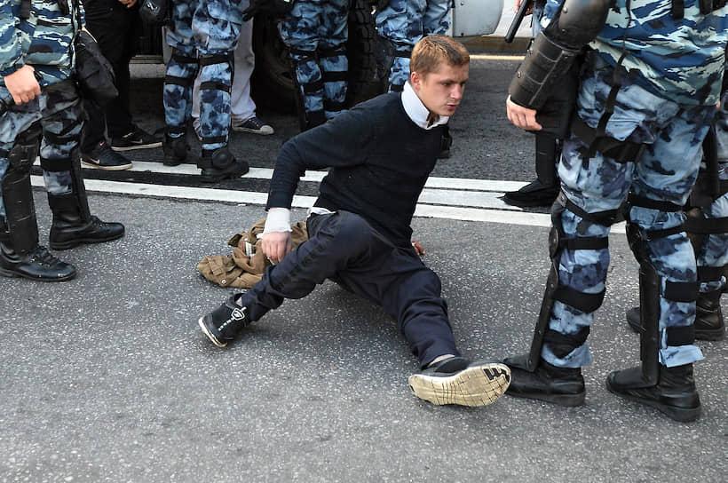 Сотрудники правоохранительных органов во время задержания участника митинга