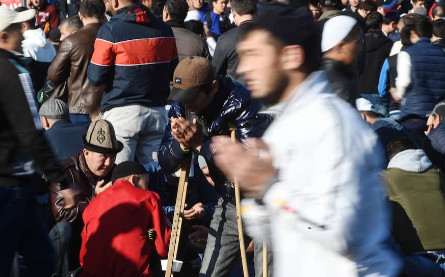 Верующие во время намаза на площади у мечети