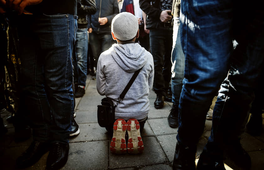 Мальчик во время намаза у мечети «Шухада» на Поклонной горе