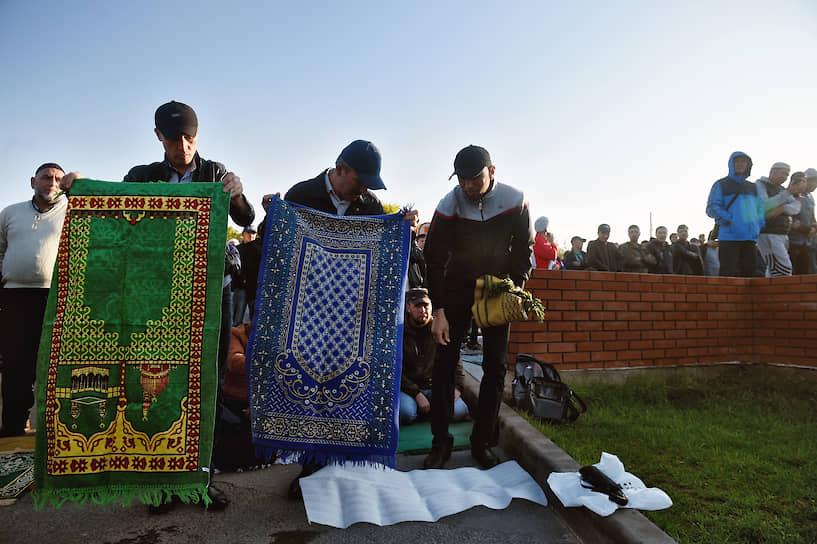 После молитвы верующие расходятся  по домам, где с близкими они садятся за праздничный стол