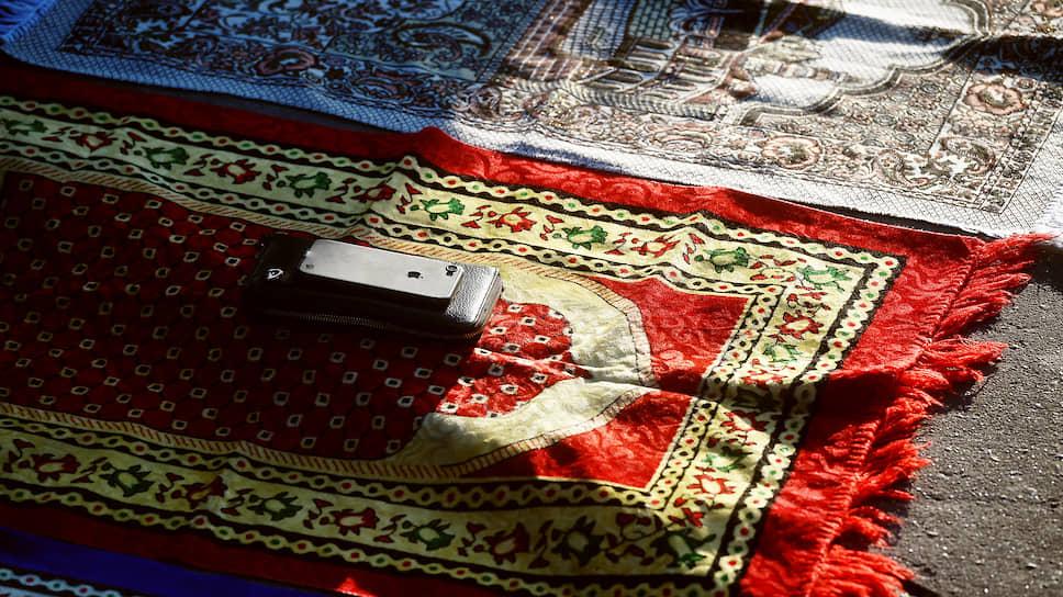 Коврики для молитв у мечети на Поклонной горе