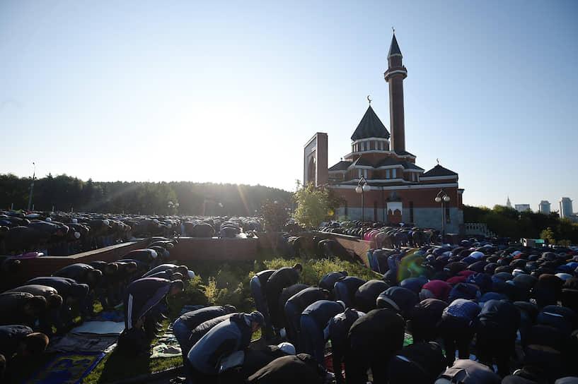 В богослужениях на шести площадках в Москве приняли участие около 240 тыс. человек. <br>На фото: Верующие во время намаза на площади у мечети «Шухада» на Поклонной горе