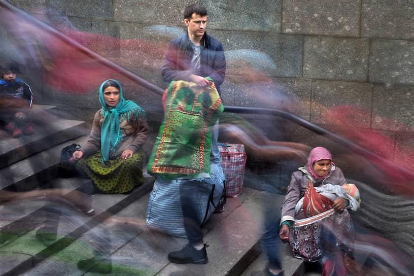 Курбан-Байрам у Санкт-Петербургской соборной мечети. Женщины просят милостыню у выхода из метро