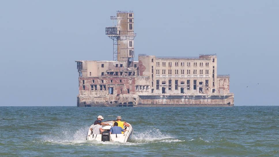 Заброшенный цех завода «Дагдизель», расположенный в акватории Каспийского моря