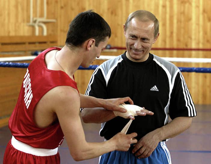 В спарринге с президентом в Adidas шансы на победу стремятся к нулю <br>Чехов, президент Владимир Путин (справа) на тренировочной базе сборной России по боксу, 2004 год