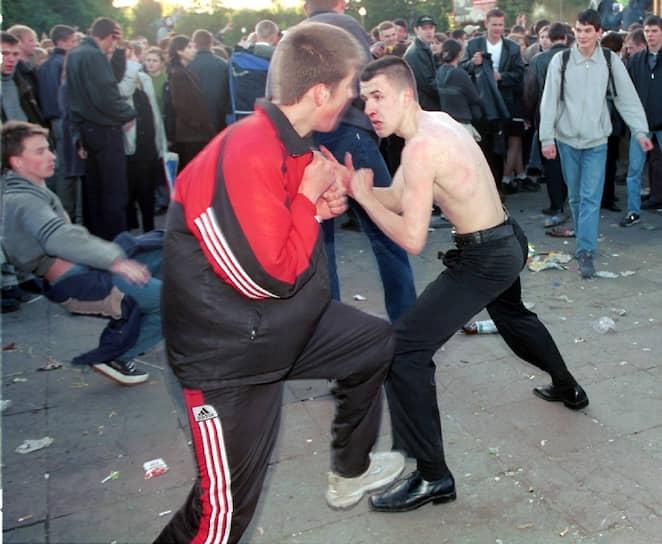 Бытует мнение, что одежда Adidas делает тебя победителем по жизни и помогает одолеть любого соперника <br>Москва, последний звонок в парке Горького, 2001 год