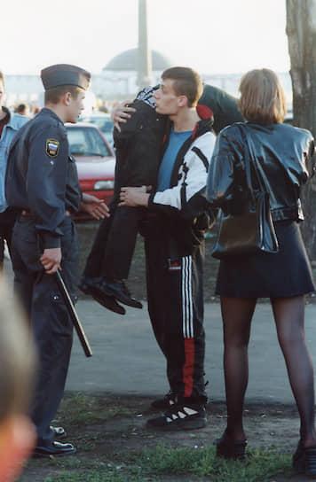 Друг в Adidas всегда готов прийти на помощь <br>Москва, 1990-е годы