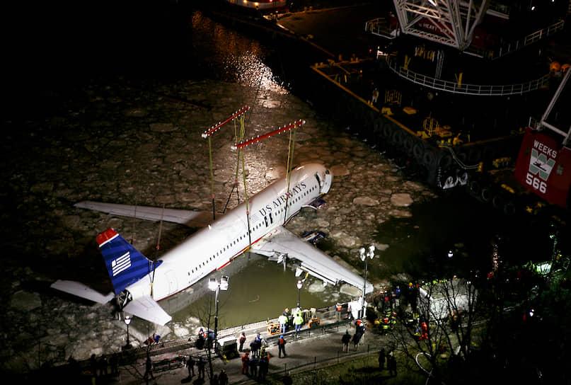 15 января 2009 года Airbus A320-214 авиакомпании US Airways выполнял рейс Нью-Йорк—Шарлотт—Сиэтл, но через 1,5 минуты после взлета столкнулся со стаей птиц, и у него отказали оба двигателя. Экипаж благополучно посадил самолет на воду реки Гудзон в Нью-Йорке