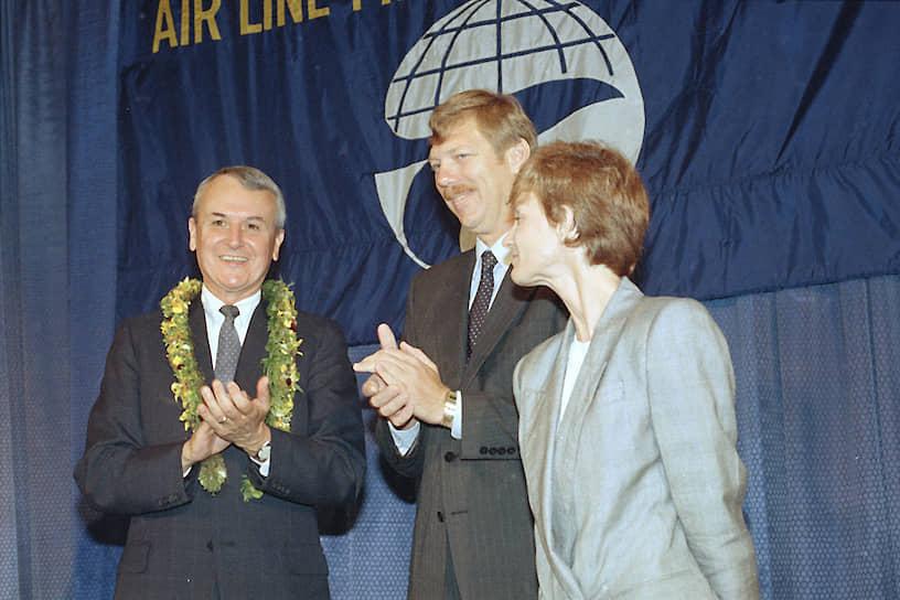 Экипажу во главе с командиром судна <b>Робертом Л. Шорнштаймером</b> (слева) удалось посадить самолет на остров Мауи, несмотря на разгерметизацию и отказ двигателя. Погиб только один человек — стюардесса, 65 получили травмы и обморожения