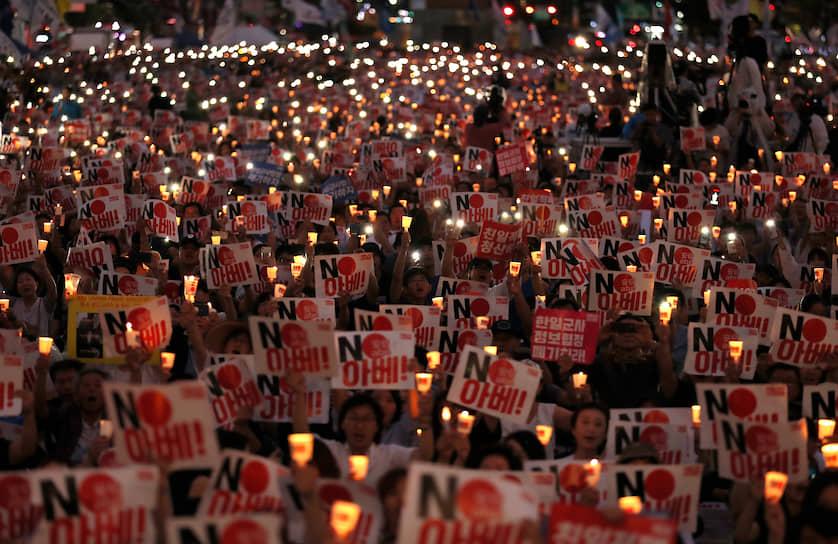 Сеул, Южная Корея. Демонстранты на антияпонской акции протеста