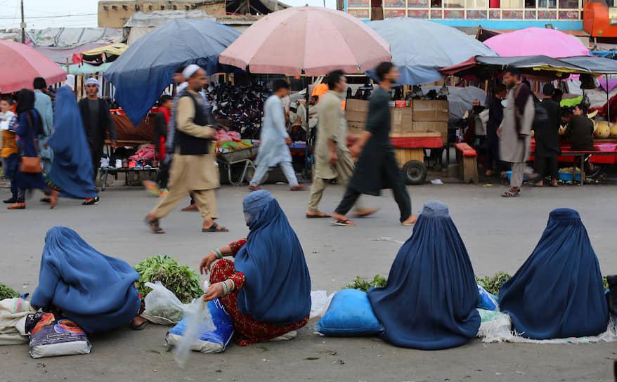 Кабул, Афганистан. Женщины, продающие овощи, ждут покупателей