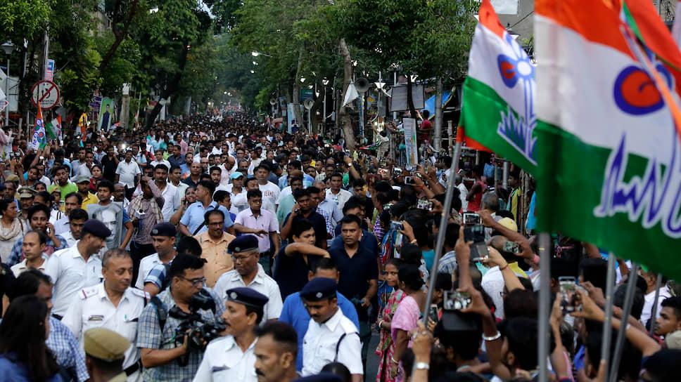 Сторонники партии «Тринамул конгресс» во время шествия в Калькутте