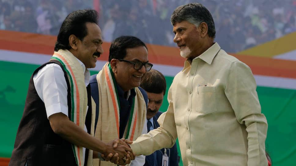 Лидер партии «Дравида муннетра кажагам» Мутхувель Карунаниди Сталин (слева) и главный министр Андхра-Прадеш Чандрабабу Найду