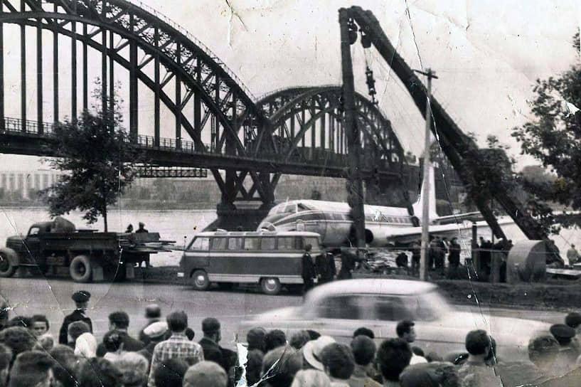 21 августа 1963 года Ту-124 «Аэрофлота», летевший из Таллина в Москву с заклинившим шасси, попытался приземлиться в Ленинграде. При выработке топлива у самолета отказали двигатели, и он приводнился на Неву. Авиалайнер миновал на высоте 90 м Литейный мост,  пролетел на 4 м выше моста Александра Невского. Все 45 пассажиров и семь членов экипажа остались в живых