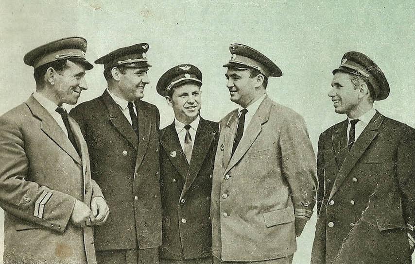 Командиром воздушного судна был <b> Виктор Мостовой </b> (второй справа). Командир экипажа и штурман <b>Виктор Царев</b> (второй слева) по распоряжению руководства «Аэрофлота» получили двухкомнатные квартиры. Виктор Мостовой до 1978 года работал в 200-м авиаотряде, а после трудился начальником смены в аэропорту «Внуково»