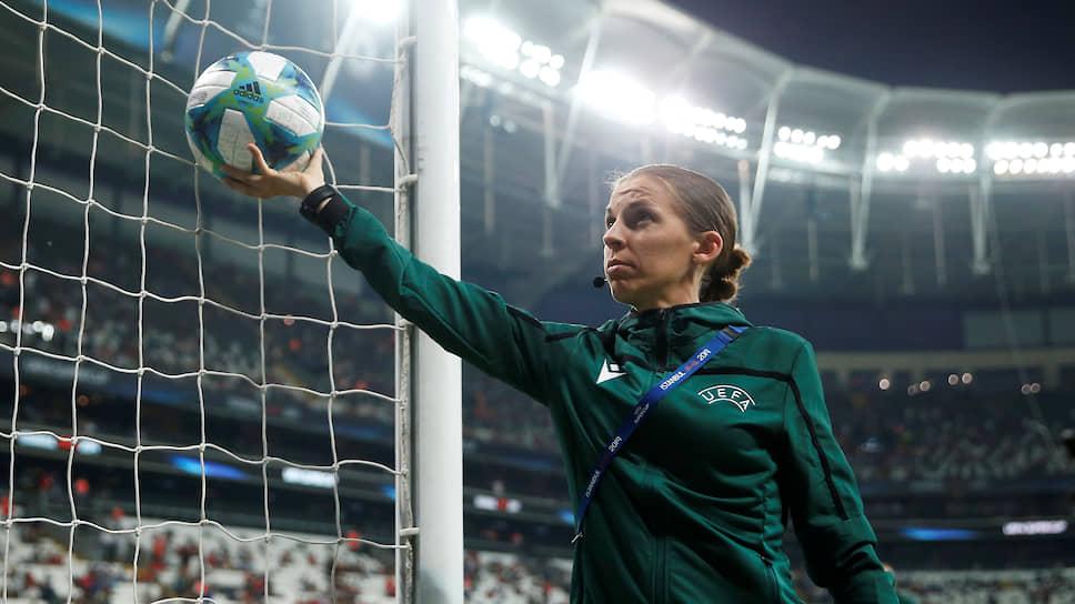 С 2011 года Стефани Фраппар судит матчи Национального чемпионата Франции, третьего по значимости футбольного дивизиона страны. В 2014 году она стала первой женщиной-арбитром французской Лиги 2, в 2019 году — первой женщиной, судившей матчи чемпионата Франции