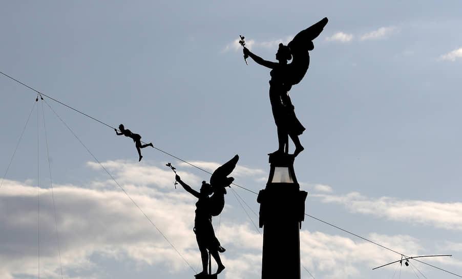 Прага, Чехия. Канатоходец на открытии Международного фестиваля циркового и театрального искусства