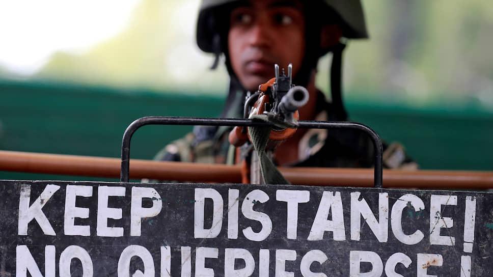 Индийский военнослужащий на блокпосту в Кашмире