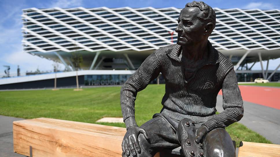 Статуя основателю Adidas Адольфу Дасслеру перед стадионом Arena во время празднований 70-летия бренда Adidas в штаб-квартире компании в Херцогенаурахе
