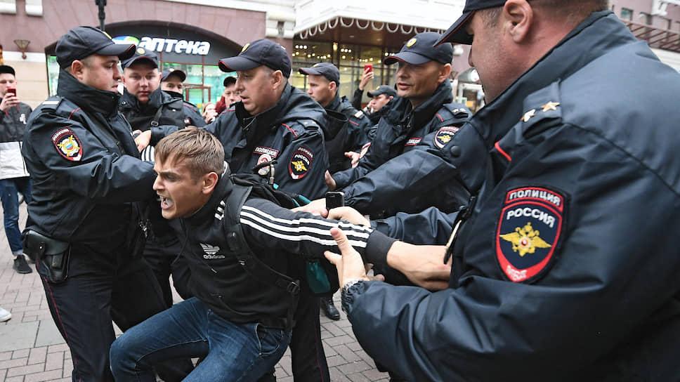 """Корреспонденты """"Ъ"""" — о согласованном митинге, одиночных пикетах и импровизированном шествии в субботней Москве"""