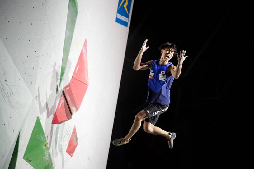 Токио, Япония. Японский спортсмен Кай Харада на чемпионате мира по спортивному скалолазанию