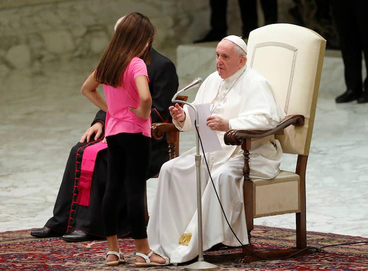 Ватикан. Девочка, страдающая от неизвестной болезни, танцует во время аудиенции папы римского Франциска
