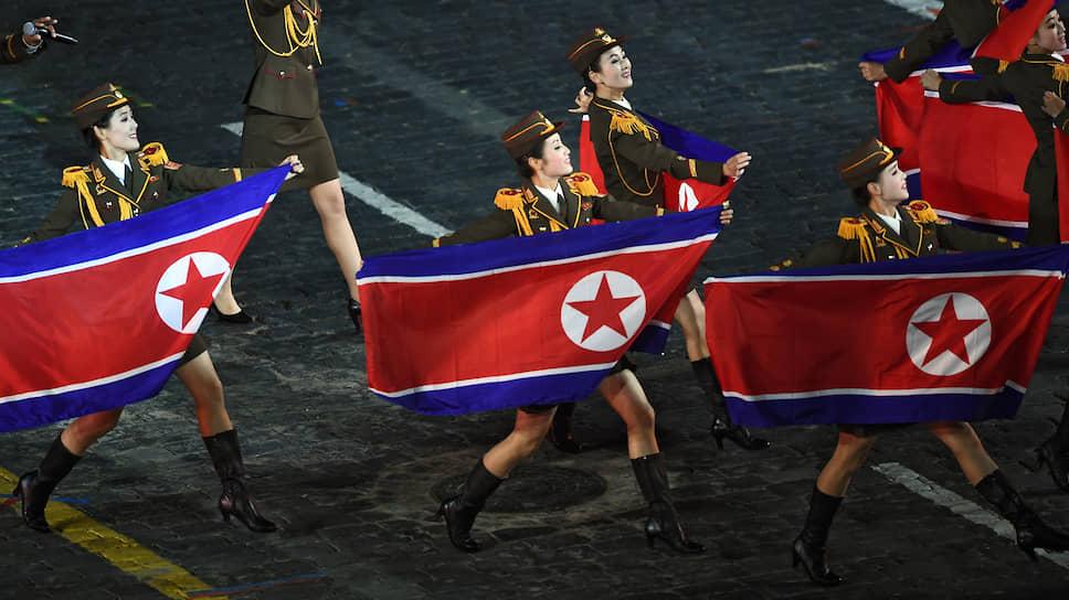 Девушки из военного оркестра Народной армии Северной Кореи на церемонии открытия исполнили танец с саблями