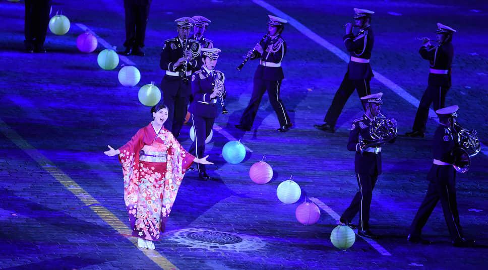 Солистка центрального оркестра Сухопутных сил самообороны Японии исполняет романс «Дорогой длинною»